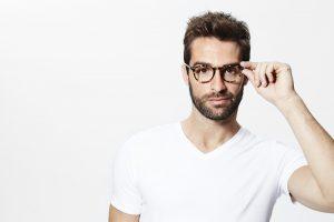 muž v okuliaroch